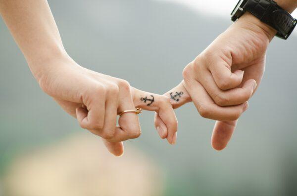Ein Paar hält sich an den Fingern