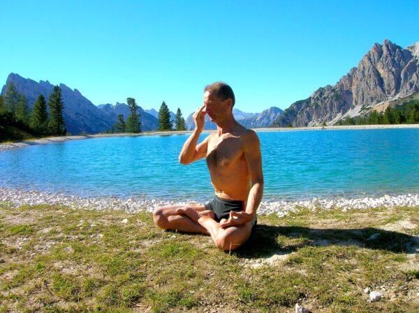 Mann bei Yoga Atemübungen