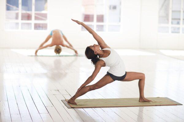 Mann und Frau machen Yoga